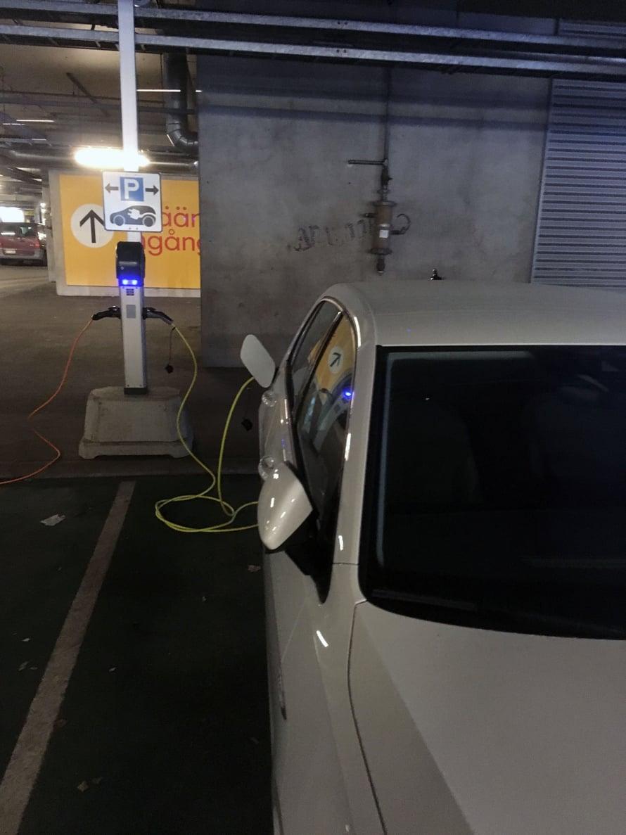 Tehokkaita latauspisteitä löytyy jo monen kaupan parkkipaikalta. Valitettavan usein niiden eteen on pysäköinyt auto, joka ei ole latauksessa.