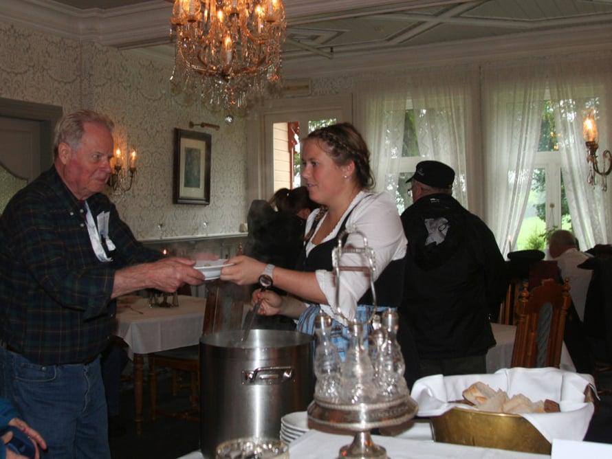 Nautimme hotellissa maukasta kalakeittoa ja norjalaisia vohveleita.