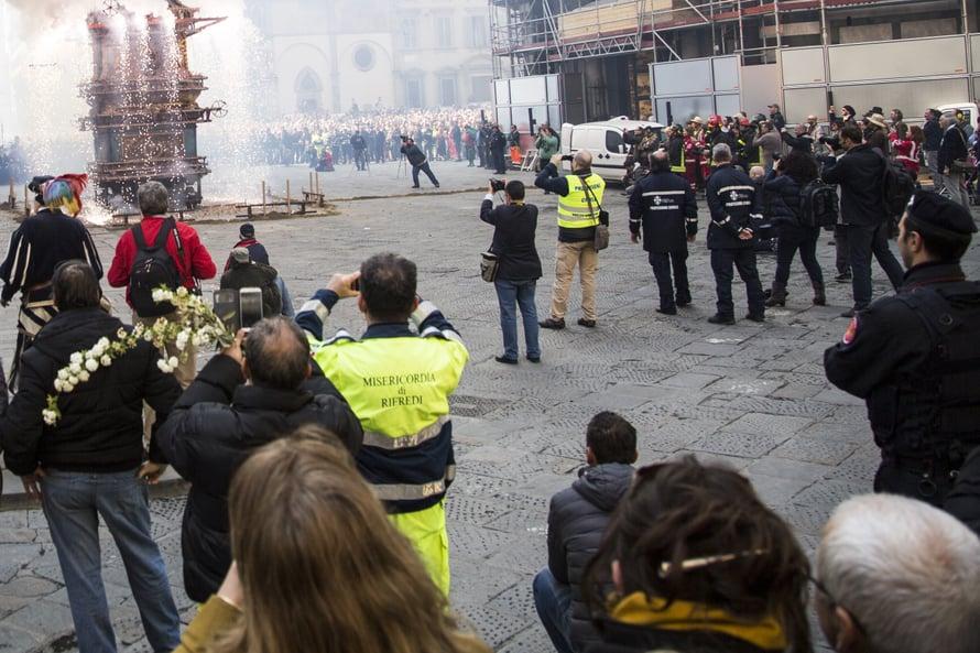 Kuvassa jokavuotinen pääsiäisperinne Firenzestäkärryn räjäytys. Kaikki ottavat kuvia ja laittavat niitä eteenpäin.Juuri ketäänei jaksa edes kiinnostaa tapahtuman historia.