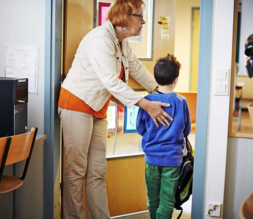 Kaisa kättelee joka päivä oppilaat, kun he lähtevät koulusta. Joskus halataankin.