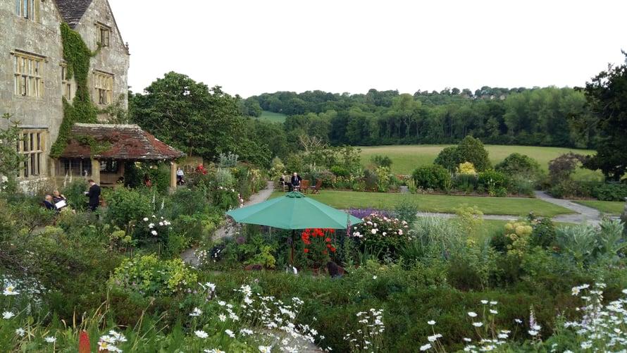 Alkupalat ja -drinkit tuodaan Gravetyessä ulos puutarhaan.