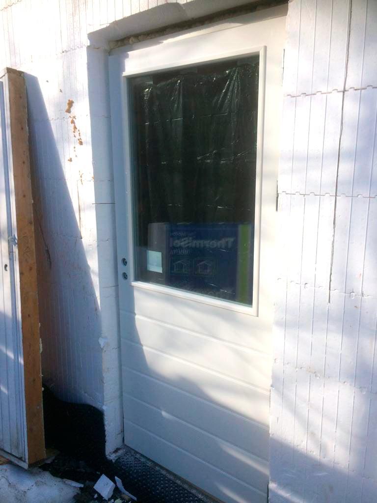 Talon muut ulko-ovet näyttävät tältä.