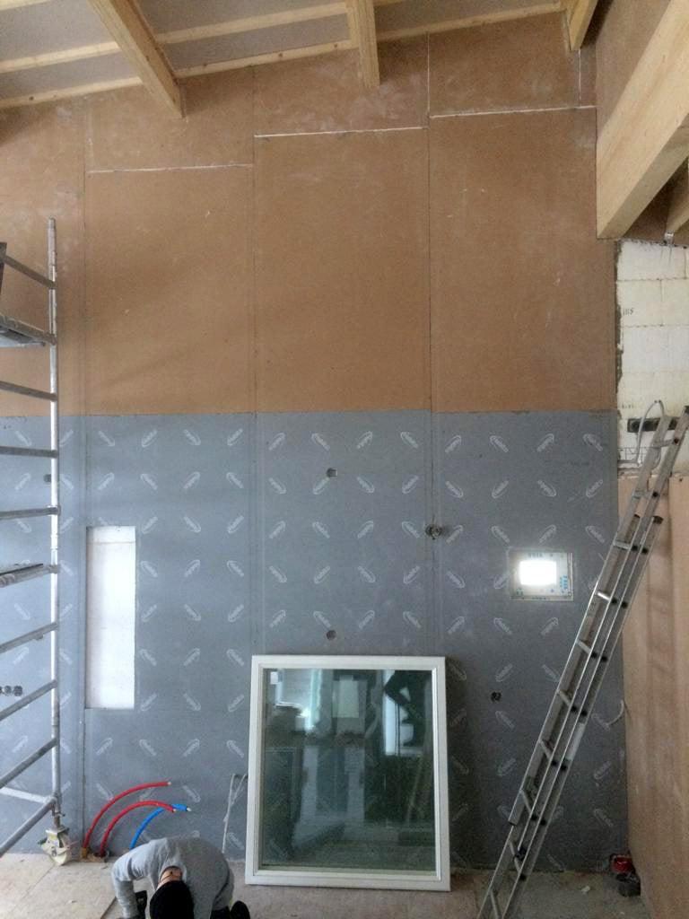 Keittiön seinäpinnat valmistuvat. Alaosa on Gyprocin uutta Habito-levyä ja yläosa perinteisempää Gyproc-levyä.