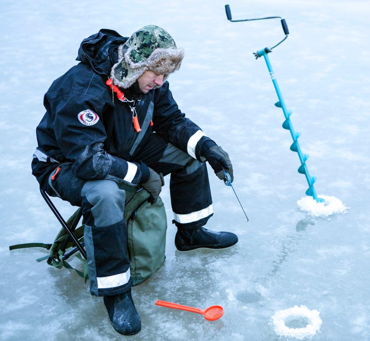 Mikko Peltola pilkkii mieluiten mökkijärvellä Hämeessä.