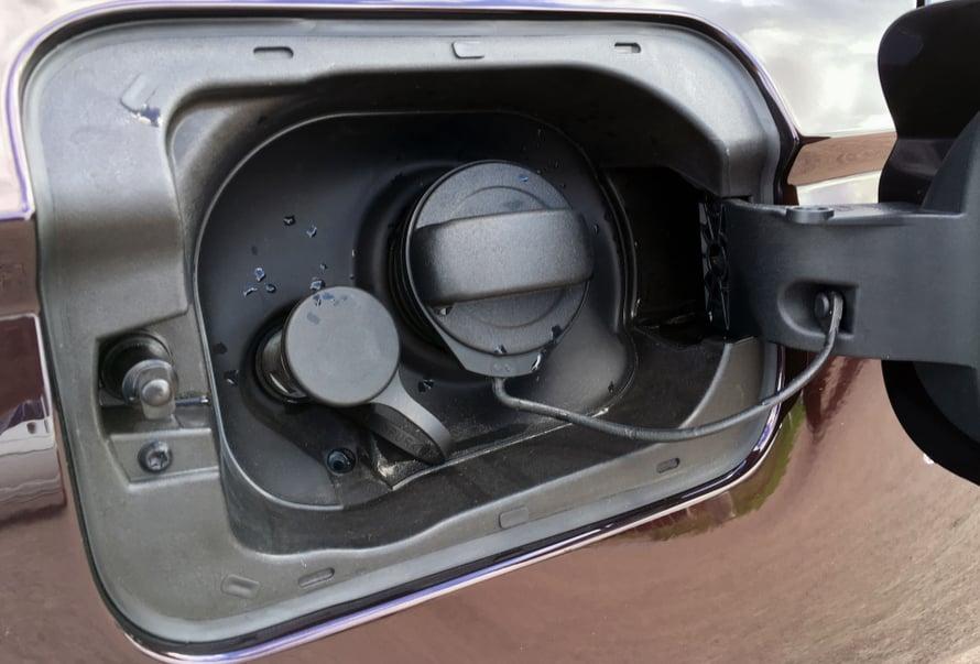 Pienempään reikään tuikataan kaasuletku, isompaan laitetaan bensiiniä.