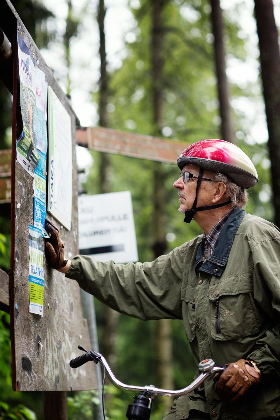 Petter seuraa aktiivisesti Vuosaaren tapahtumia. Olisiko Mustavuoren luonnonsuojelualueen ilmoitustaululla jotain uutta?
