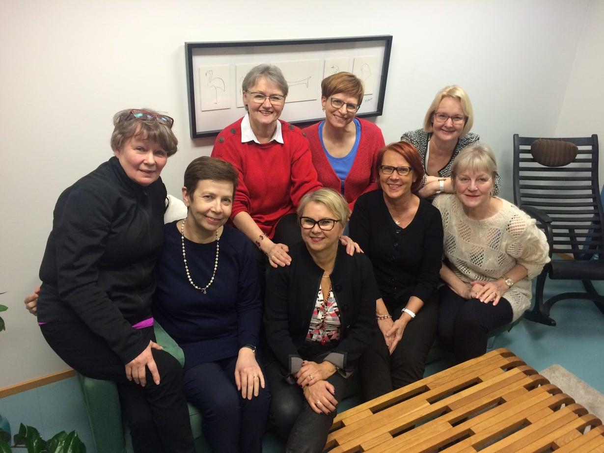 Naisten reissuporukka kokoontui valitsemaan tämän kevään Plzenin-matkan hotellia, vasemmalta Kirsti, Päivi, Liisa, Leena, Raija, Kaija, Paula ja Allu.