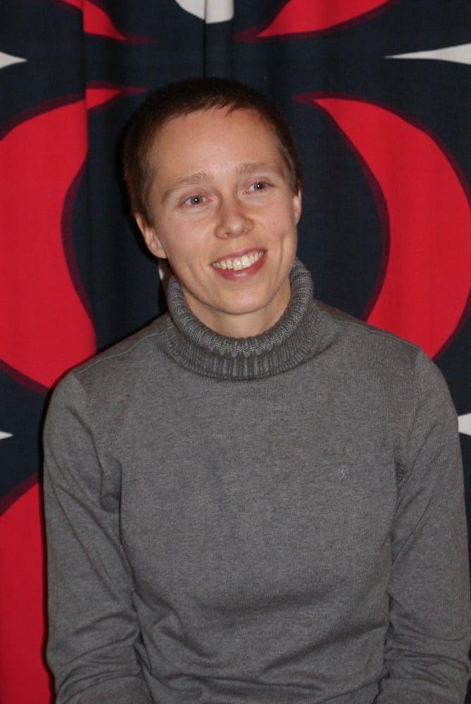 Ammattijärjestäjä Elina Alasentieltä ilmestyi helmikuussa Joka kodin raivausopas. Kuva: Laura Euramo