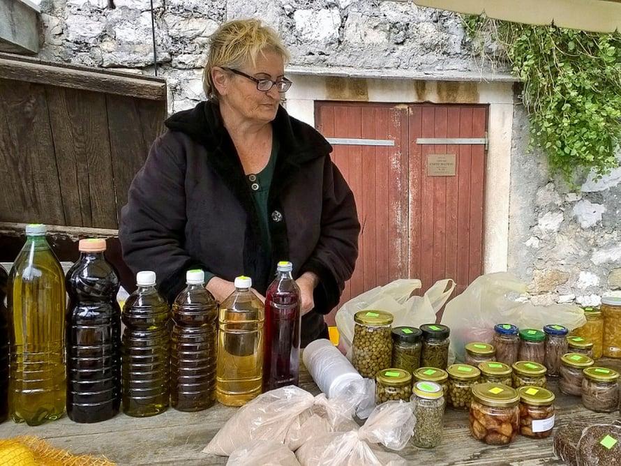 Rouvalla on myynnissä oliiviöljyä ja muuta lähiruokaa.