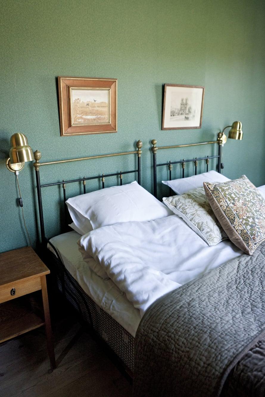 Vihreää huonetta vuokrataan. Vanha sänky löytyi roskalavalta.