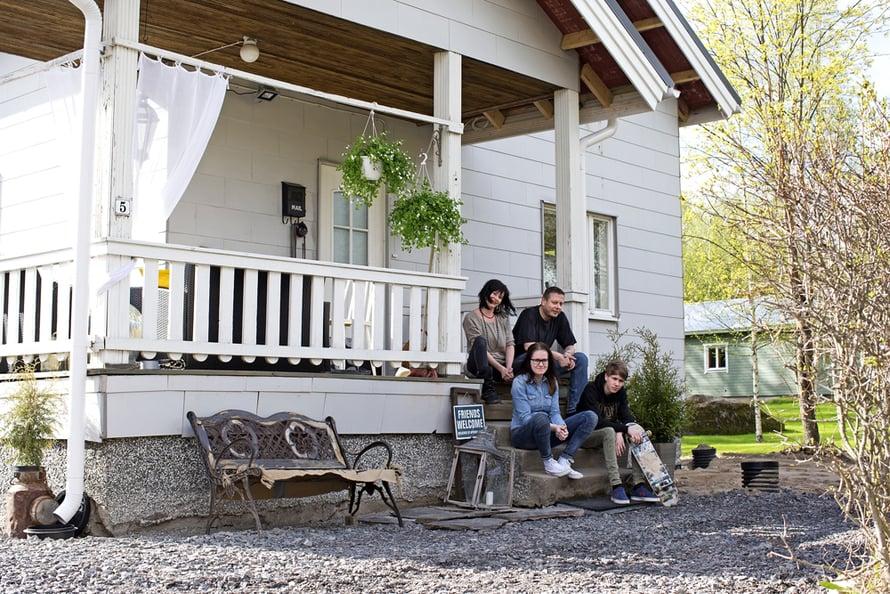 Anu Kota-aho,  Risto Äikäs sekä Anun lapset Iisa ja Juri Peltola ovat kotiutuneet rintamamiestaloonsa.