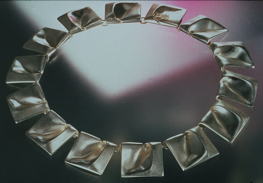 Björn Weckström suunnitteli 60-luvulla kaulakorun Planetaariset laaksot. Koru nähdään mm. Tähtien sota elokuvassa Prinsessa Leian yllä. Kuva: Lapponia Jewelryn