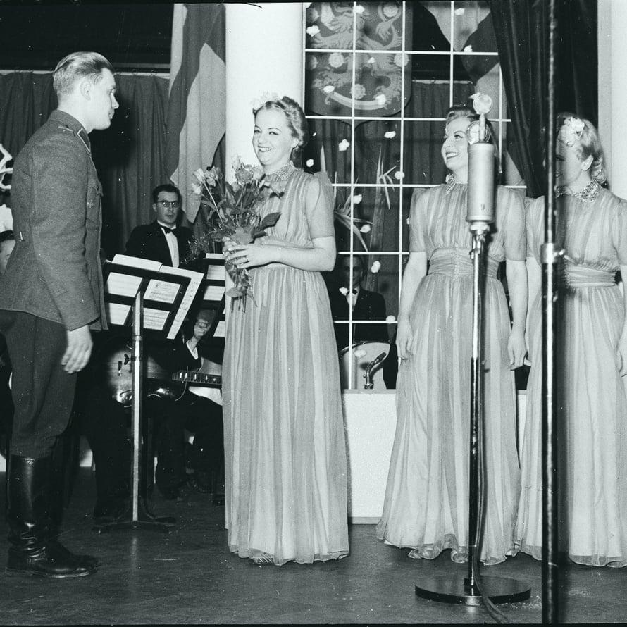 Harmony Sisters esiintyi asemiesillassa vuonna 1941.