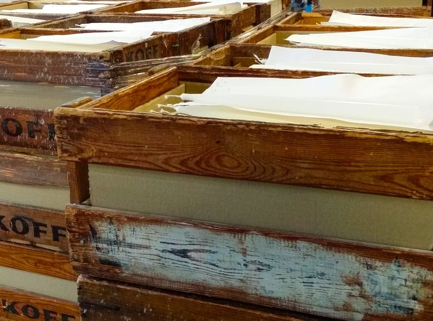 Kruunukynttilöitä säilytetään tehtaassa perinteisissä puulaatikoissa. Niissä ne pysyvät sopivasti suorina.