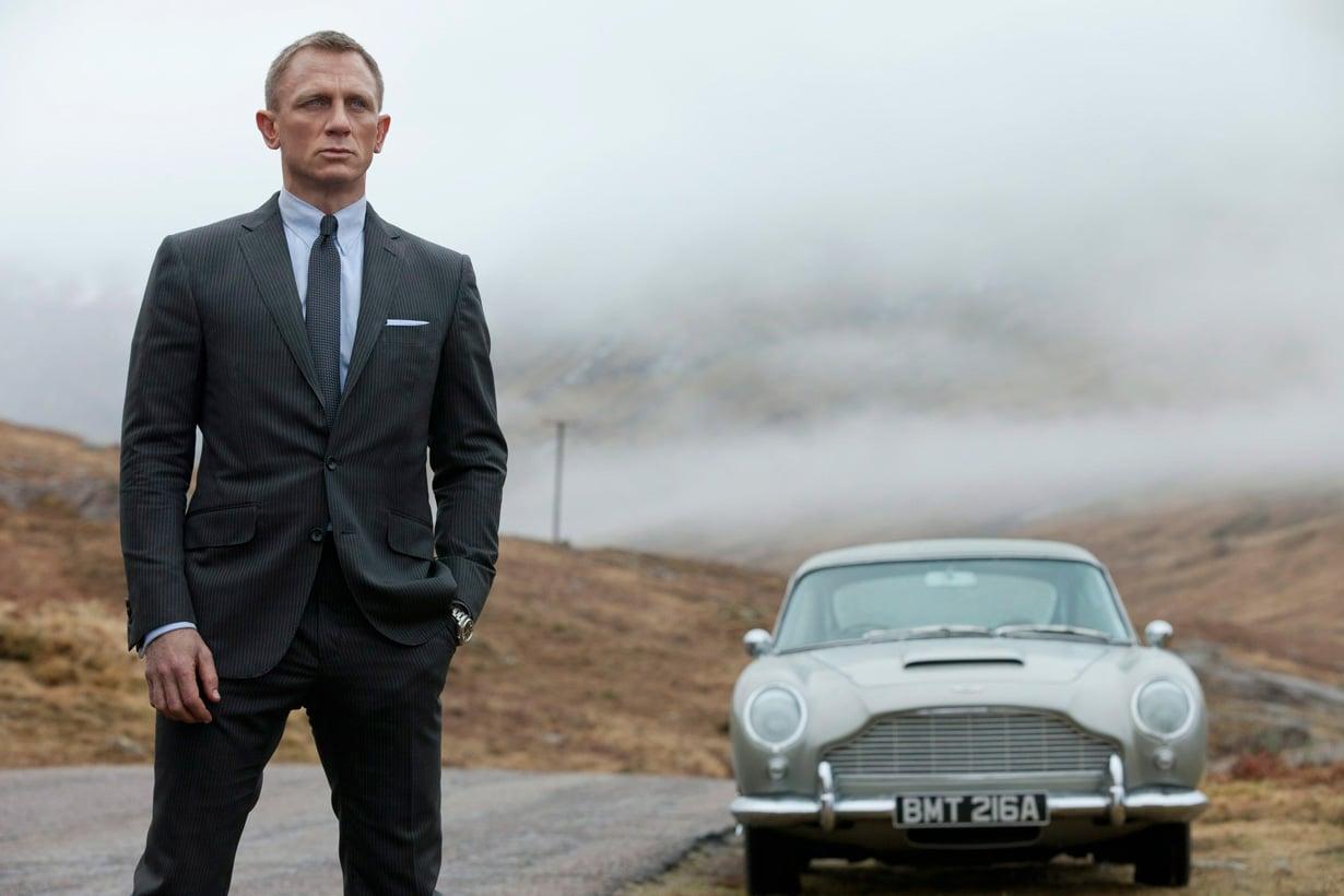 Daniel Craig ja Aston Martin Skotlannin maisemissa elokuvassa 007 Skyfall.