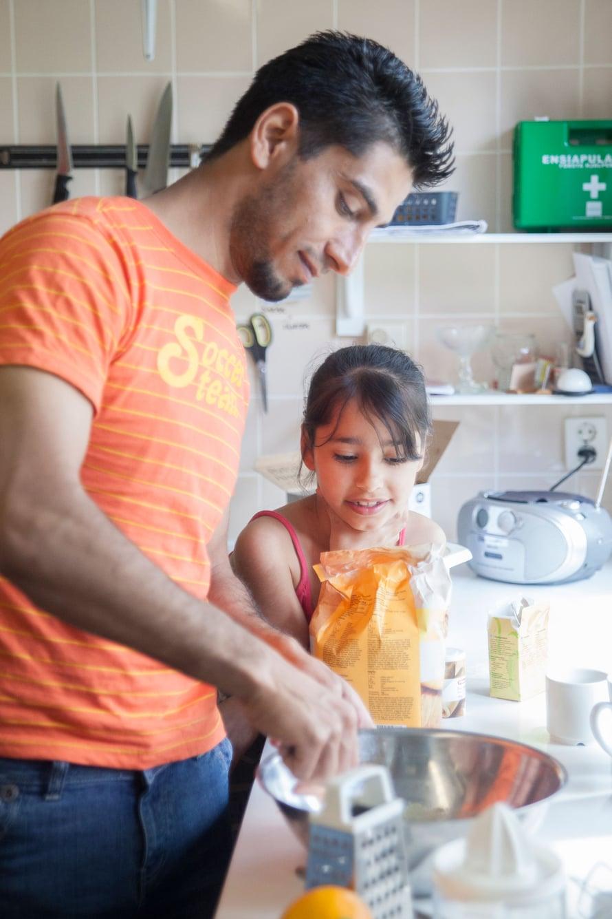 Ibrahimin aika tulee välillä pitkäksi. Hän käy kuntosalilla ja opiskelee suomea. Tytär Jennat vartioi jauhopussia.
