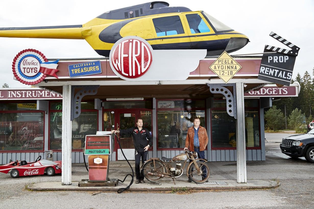 Miken ja Tompan oudon tavaran liike houkuttaa paljon kävijöitä. Katon päällä oleva kopteri on nähty Salatut elämät -tv-sarjassa.