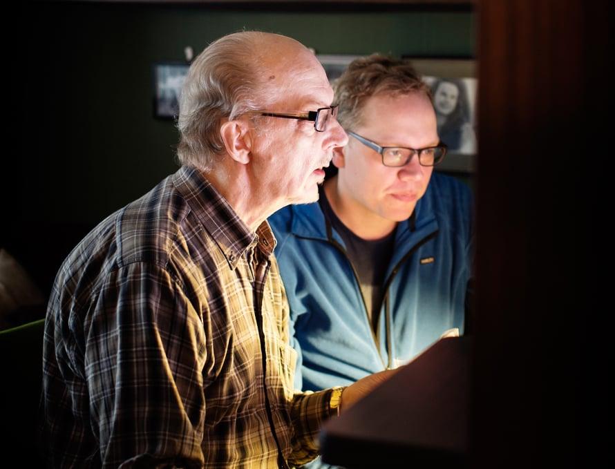 Lasse opastaa Petteriä netin käytössä ja ratkoo teknisiä ongelmia. Toisinaan miehet tapaavat tietotekniikan merkeissä viikottain.