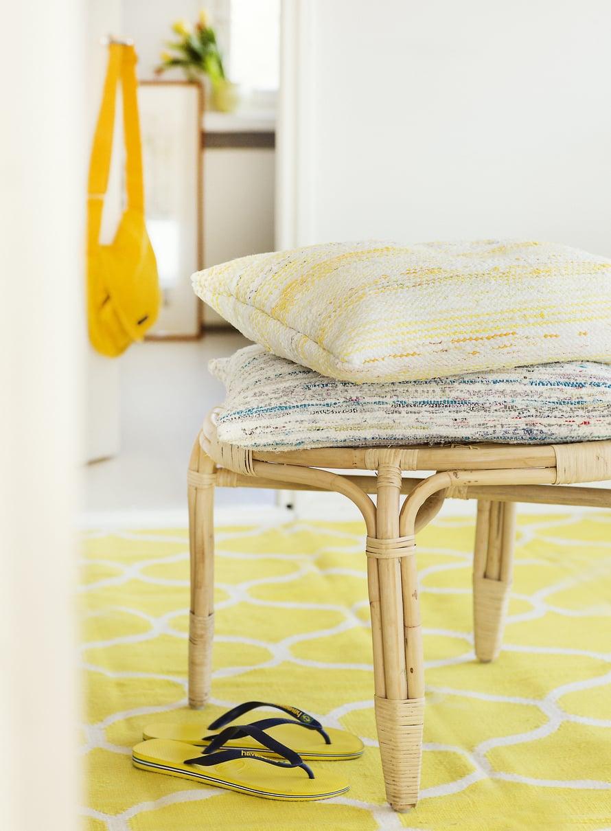 Räsymatolla päivität vanhat tyynyt muhkeiksi istuintyynyiksi tai selkänojaksi sohvalle.