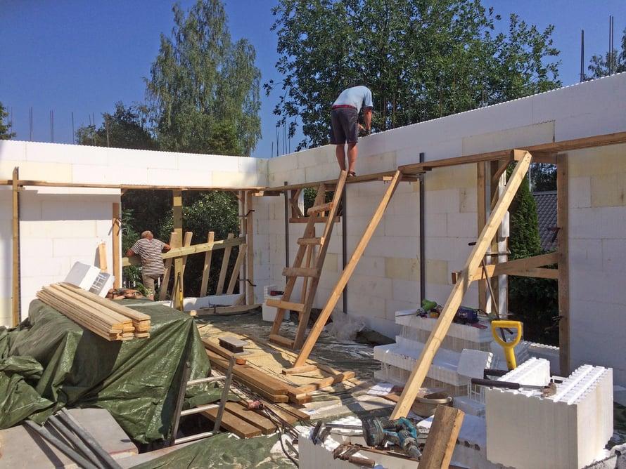 Asuinkerroksen seinä kohoaa, ensi viikolla pitäisi olla valmista.
