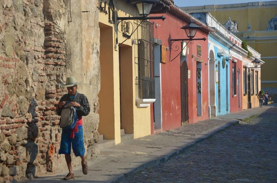 Espanjan siirtomaavallan aikainen arkkitehtuuri näkyy Antiguan kaduilla.