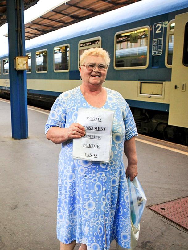 Budapestiin saapuvaa  junailijaa ovat vastassa huoneita vuokraavat kaupunkilaiset.