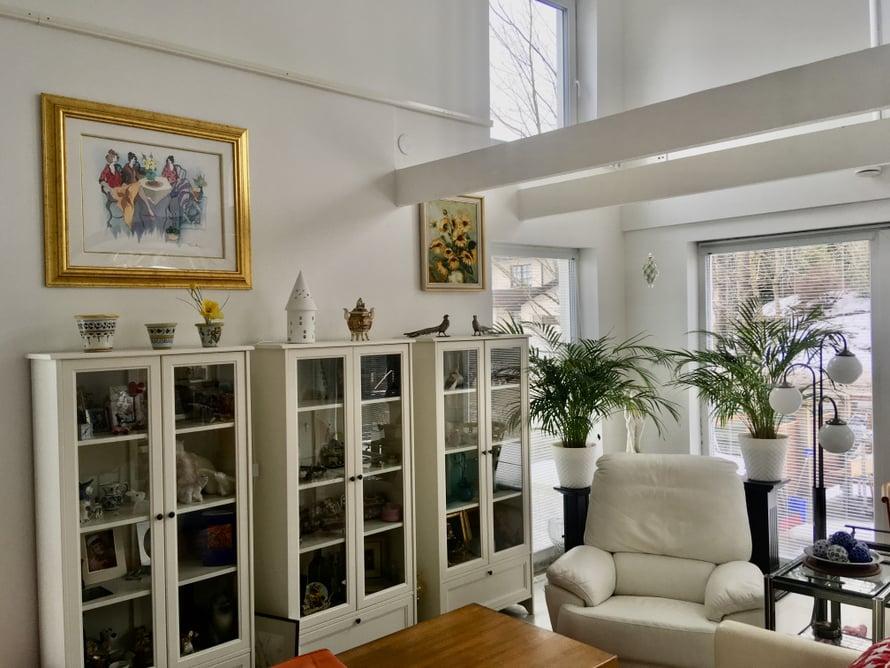 Projektin loppusuoralla on mukava päästä sisustamaan ja luomaan kodin tunnelmaa, vaikka huonekalut hakevat vielä paikkaansa.