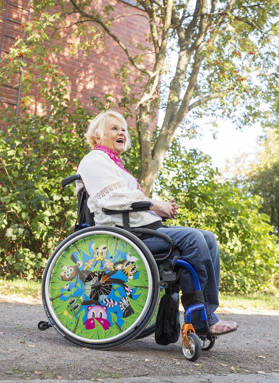 Sirpan pyörätuolin plekseissä Afrikka kulkee yhä mukana.