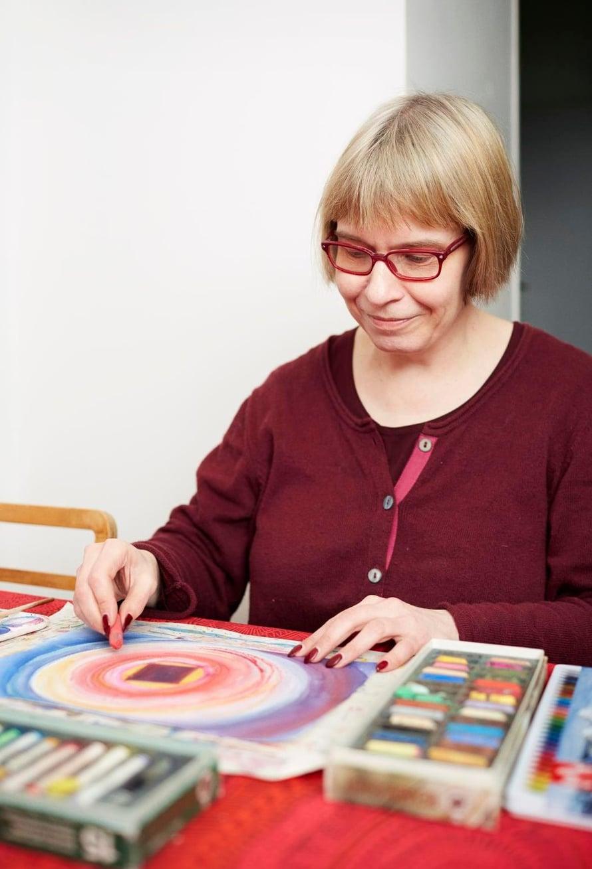 Anna-Marin on helpompi maalata tunteitaan paperille kuin sanoittaa niitä.