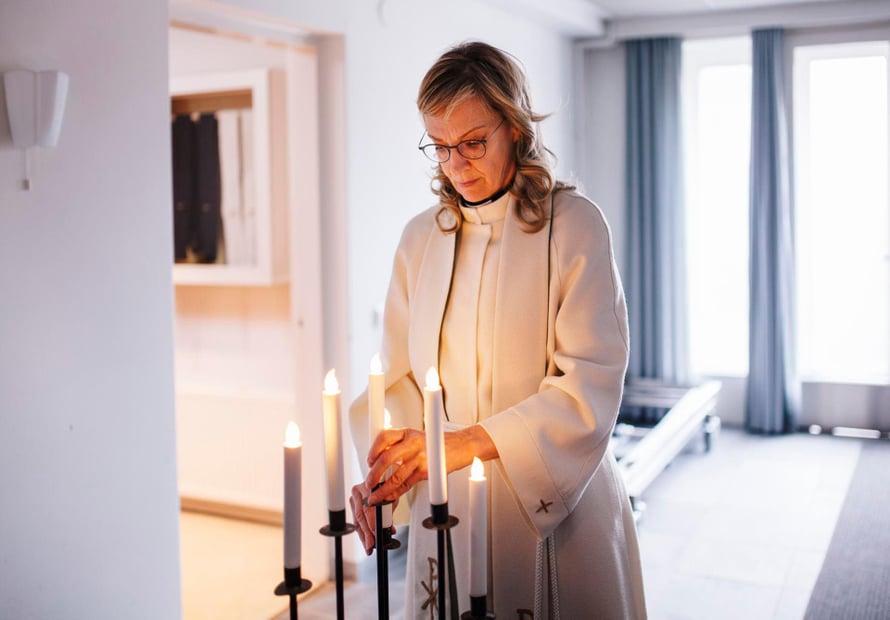 Pastori Saila Heinikoski kunnioittaa jokaisen potilaan elämänkatsomusta.
