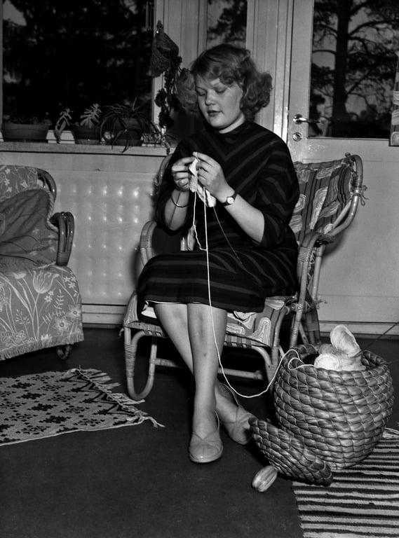 Nainen korituolissa vuonna 1954. Kuva: Helsingin kaupunginmuseo.