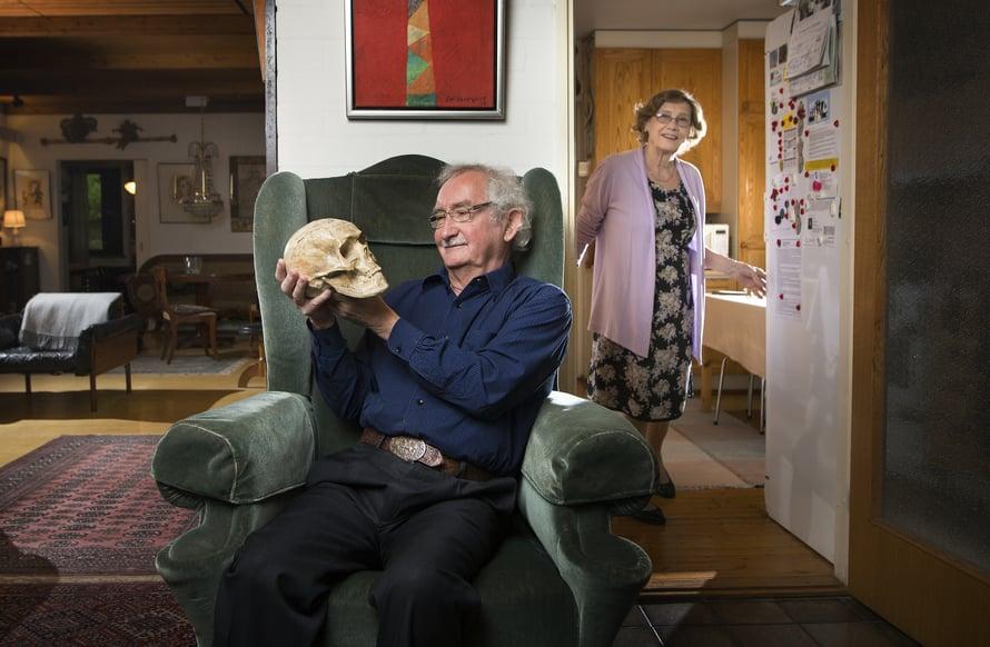 Ervo ja Raija Vesterisen koti on täynnä taidetta. Kipsinen kallo on lahja taiteilija Elsa Nousiaiselta. Se on ollut vieraskirja, josta löytyy monta nimikirjoitusta, kuten Wäinö Aaltosen ja Olavi Paavolaisen.