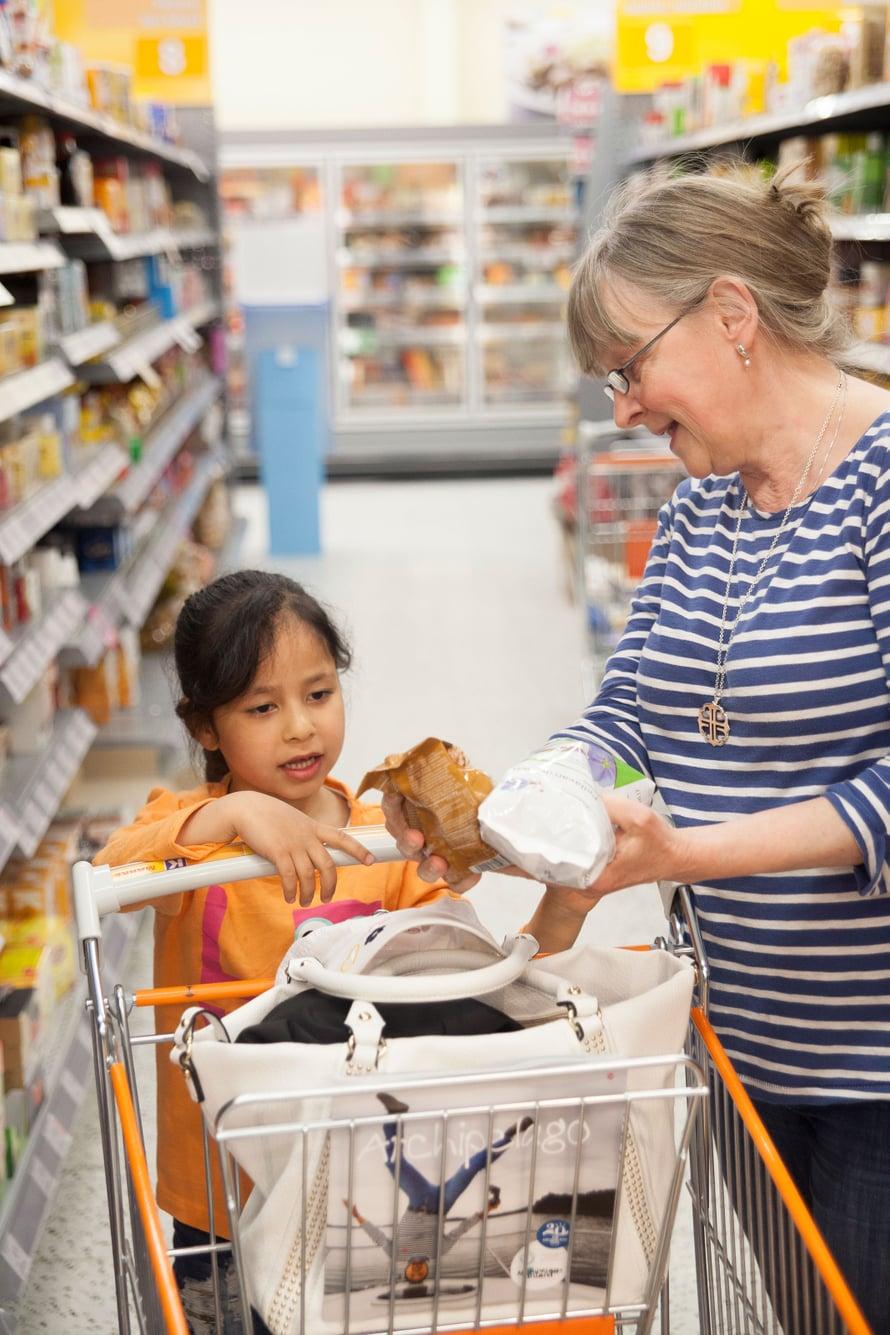 Eeva käy turvapaikanhakijoiden kanssa kaupassa. Samalla voi opastaa tuotteiden valinnassa.