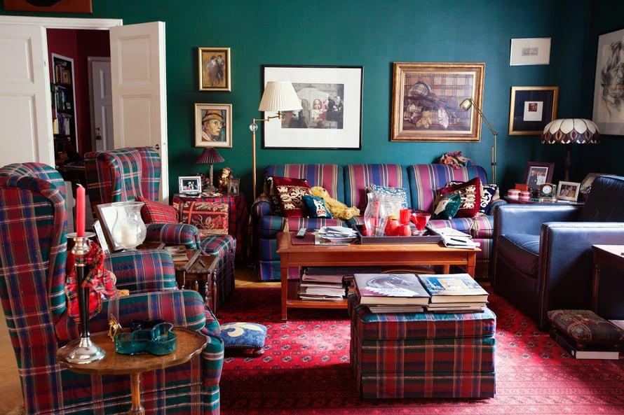 Kirjaston sohvissa sekoittuvat värit, ruudut ja raidat. Mustassa nojatuolissa on istunut itse Dalai Lama.