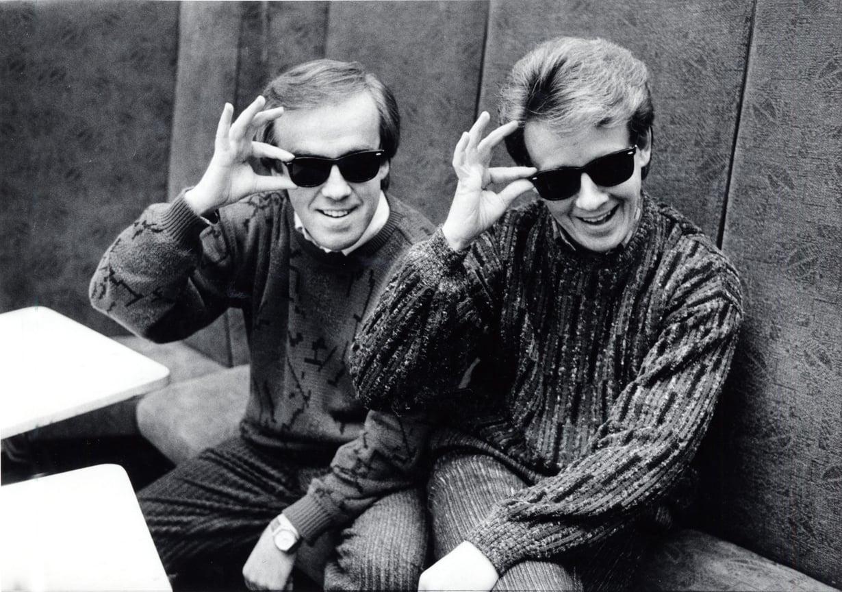 Matti ja Teppo poseeraavat uuden levynsä kansikuvauksissa vuonna 1986. Mustista laseista tuli heidän tavaramerkkinsä.