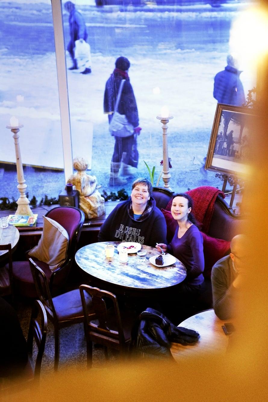 Tamperelaiset Sini ja Jetta tapaavat usein kakkukahveilla.