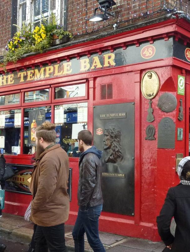 Temple Barin alueen nimikkopubi vetää asiakaita.