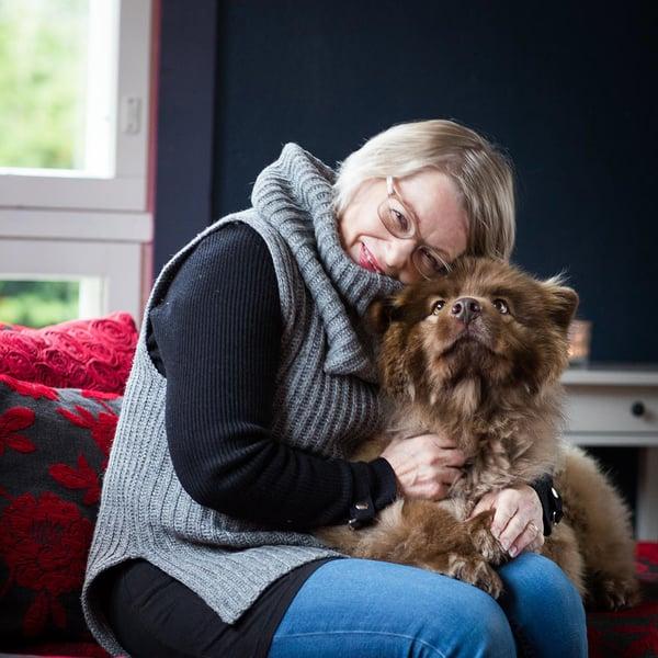 Helena on testien mukaan lievästi allerginen koirille, mutta tyttärensä lemmikkiä hän voi halata. – Rönnin turkki on niin paksu, ettei hilse puske läpi.