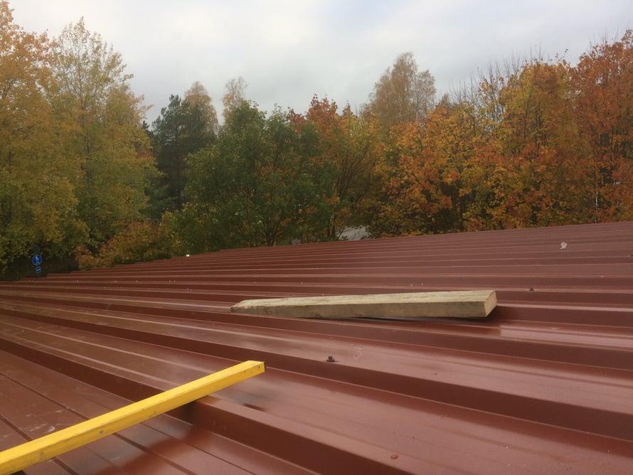 Kingspanin kattoelementtien asennus tuottaa valmiin peltikaton.