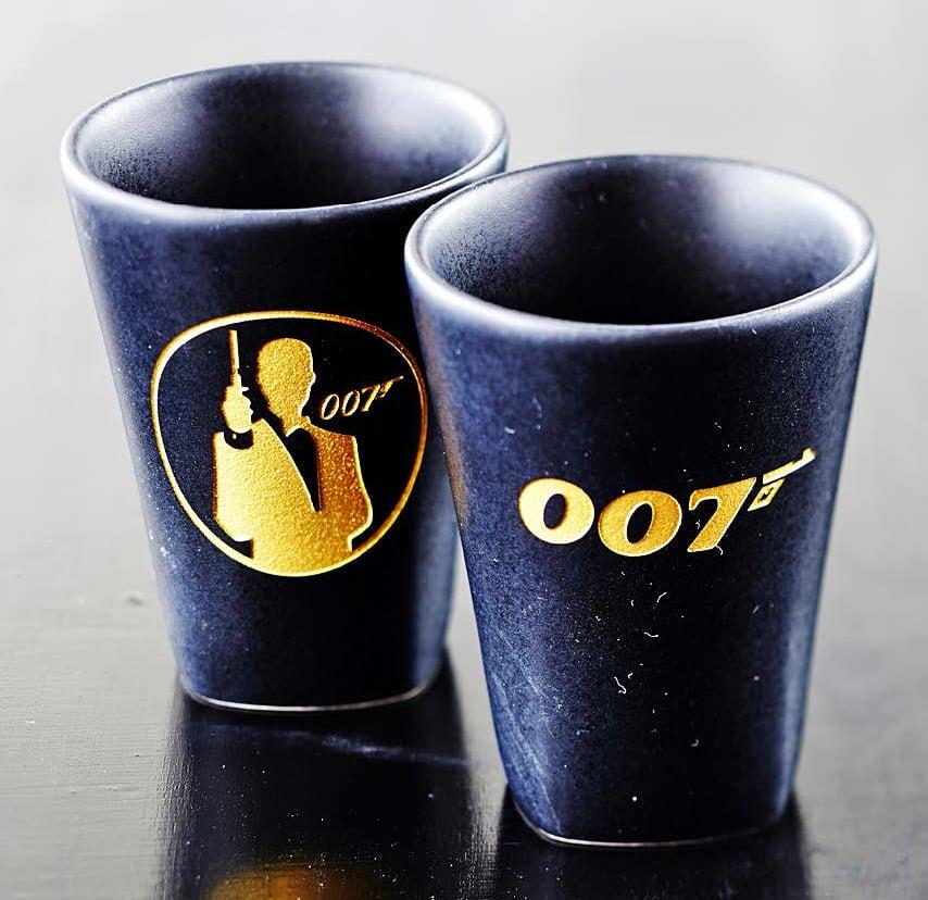 Matkamuistoksi hankitaan usein Bond-tavaraa, kuten shottilasit.