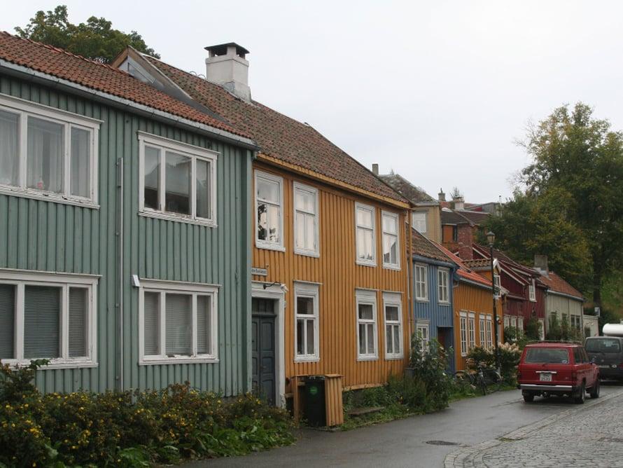 Trondheimin Bakklandetissa, vanhalla työläisalueella on kortteleittain vanhoja, värikkäitä puutaloja ja laiturivarastoja 1600-luvulta asti. Nyt Bakklandet on trendikäs, Nidelva-joen kupeessa on niin pittoreskeja kahviloita kuin söpöjä kauppojakin. Ja ovat vieläpä auki!