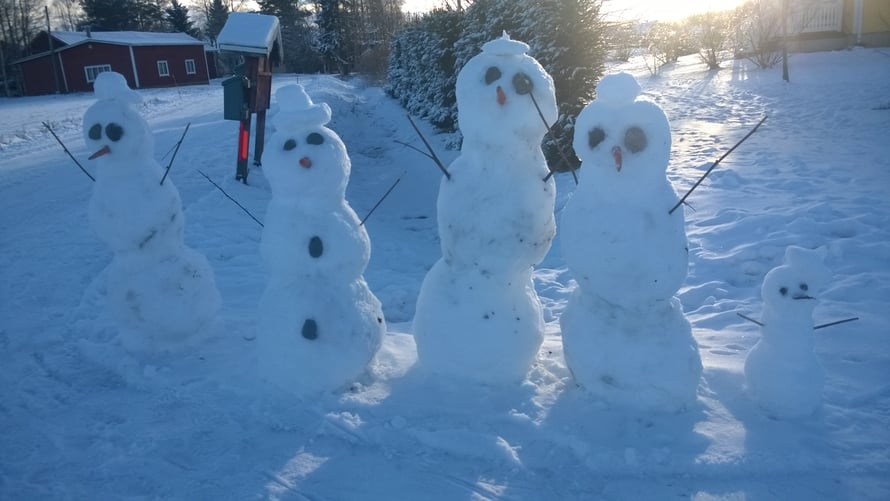 Tässä perheessä yksi lumiukko ei ole tarpeeksi, vaan pitää olla viisikko.