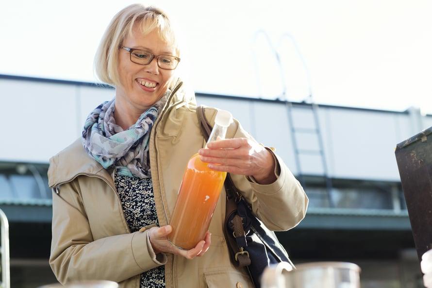 Maarit Hyytiäinen on oppinut lukemaan tuoteselosteet tarkkaan. Gluteenia sisältäviä viljoja voi löytyä yllättävistä tuotteista.
