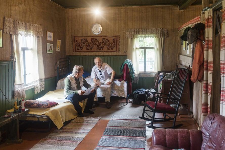 Siskonpoika Risto Olkinuora on kyläilemässä Arvon luona.