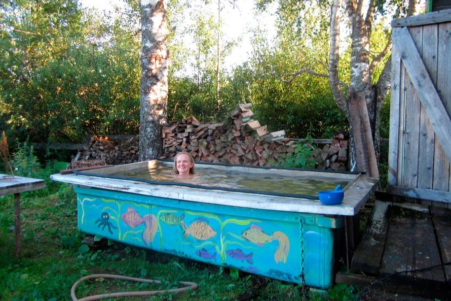 Tamara Nemolotova on maalannut sadunomaisilla hahmoilla niin talonsa, saunansa kuin kanalansa. Vanha romu-Ladakin on koristemaalattu ja piha on täynnä hassua kierrätystaidetta: muovisista vesikanisteriesta tehtyjä possuja, eläinhahmoiksi maalattuja tynnyreitä. Kylyn edessä oleva uima-allas on sekin koristeltu.
