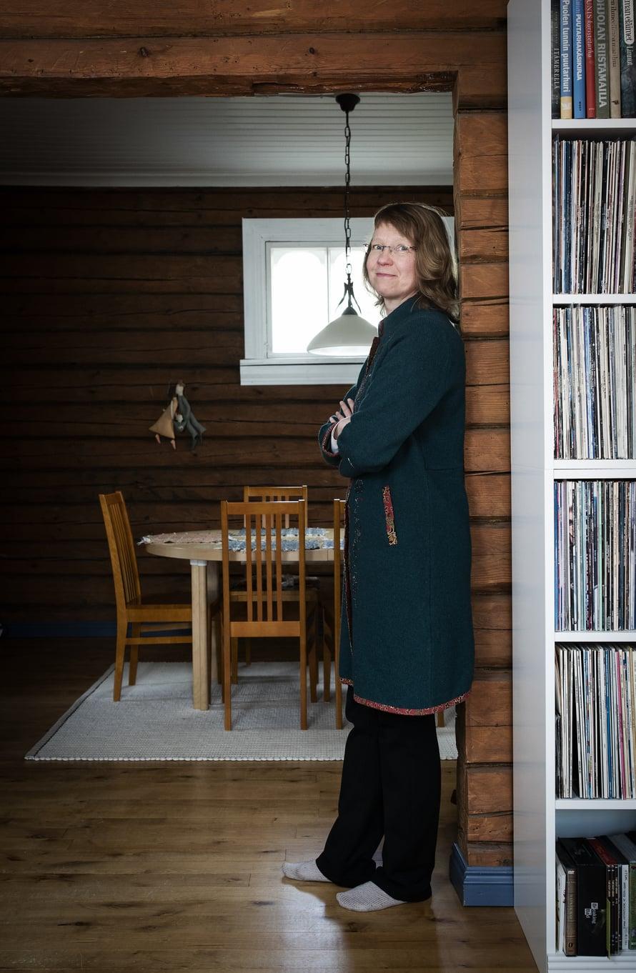 Lähes satavuotiaan talon seinähirret on käsin piilutettu. Käsityötä on myös Minna Halmeen uusin hankinta, virolaisen pienompelimon villakangastakki.