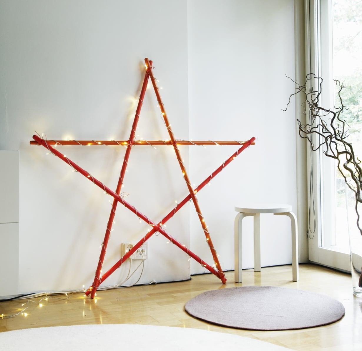 Seinään rennosti nojaava tähti on mainio kodin tunnelmavalaisin joulun aikaan.