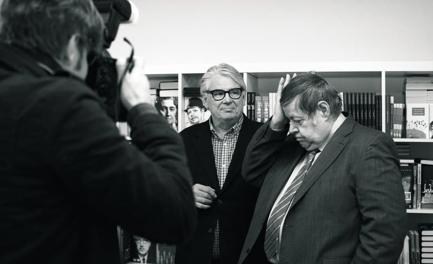 """Arto poseeraa Lasse Lehtisen kanssa lehdistölle. """"Mainio kirja"""", Arto myhäilee Lassen tekstistä."""