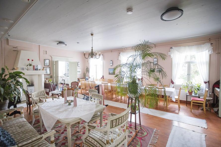 Suuressa salissa on tilaa juhlille, taide-esityksille ja virrenveisuulle.