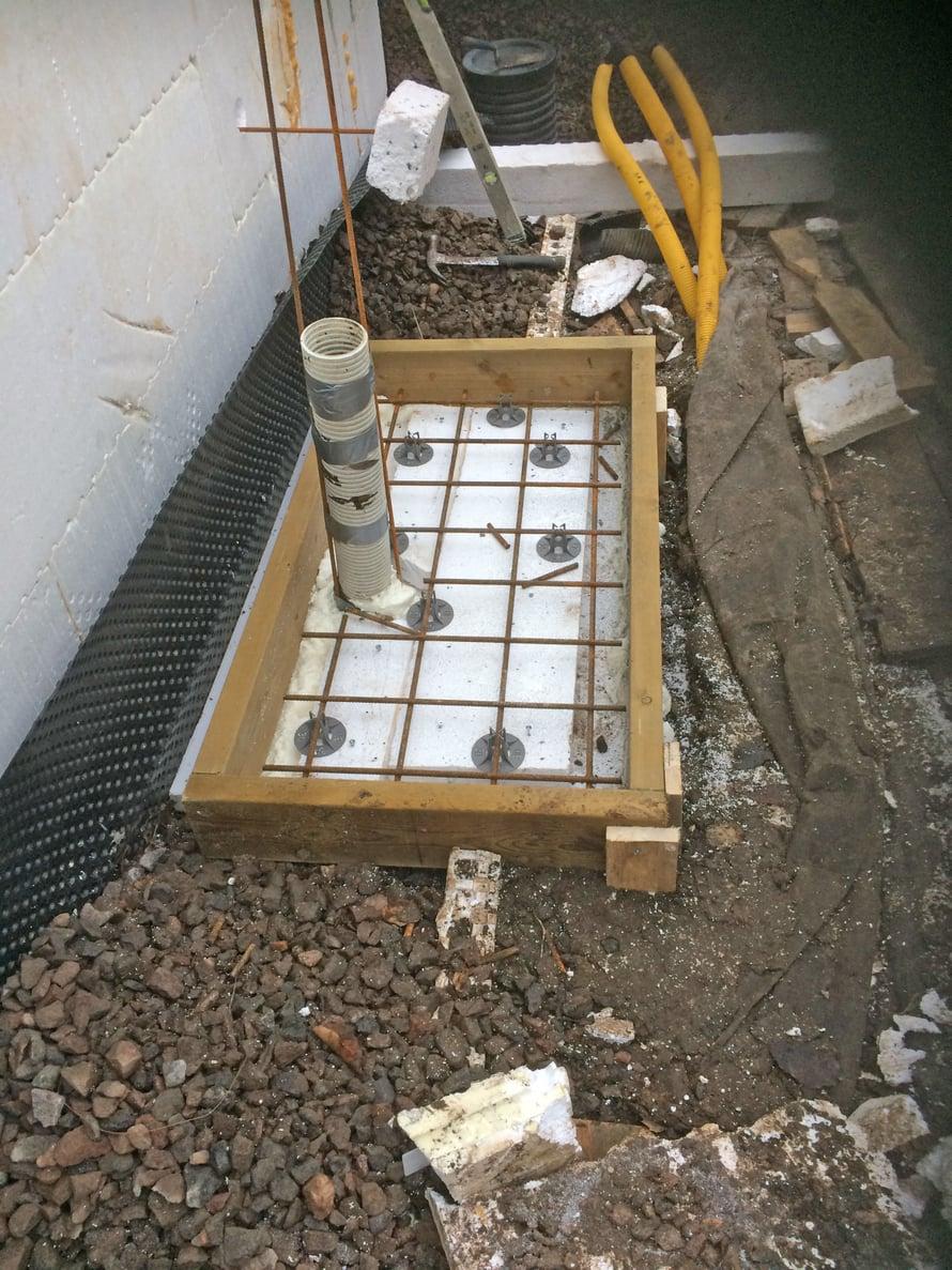 Vuoden viimeinen valutyö: lämmitysjärjestelmän ulkoyksikkö vaatii jalustansa alle betonia.